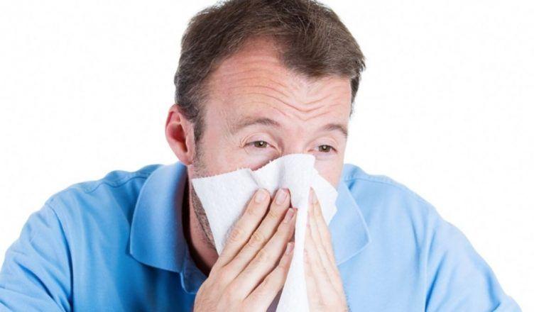 El estornudo es un síntoma del coronavirus