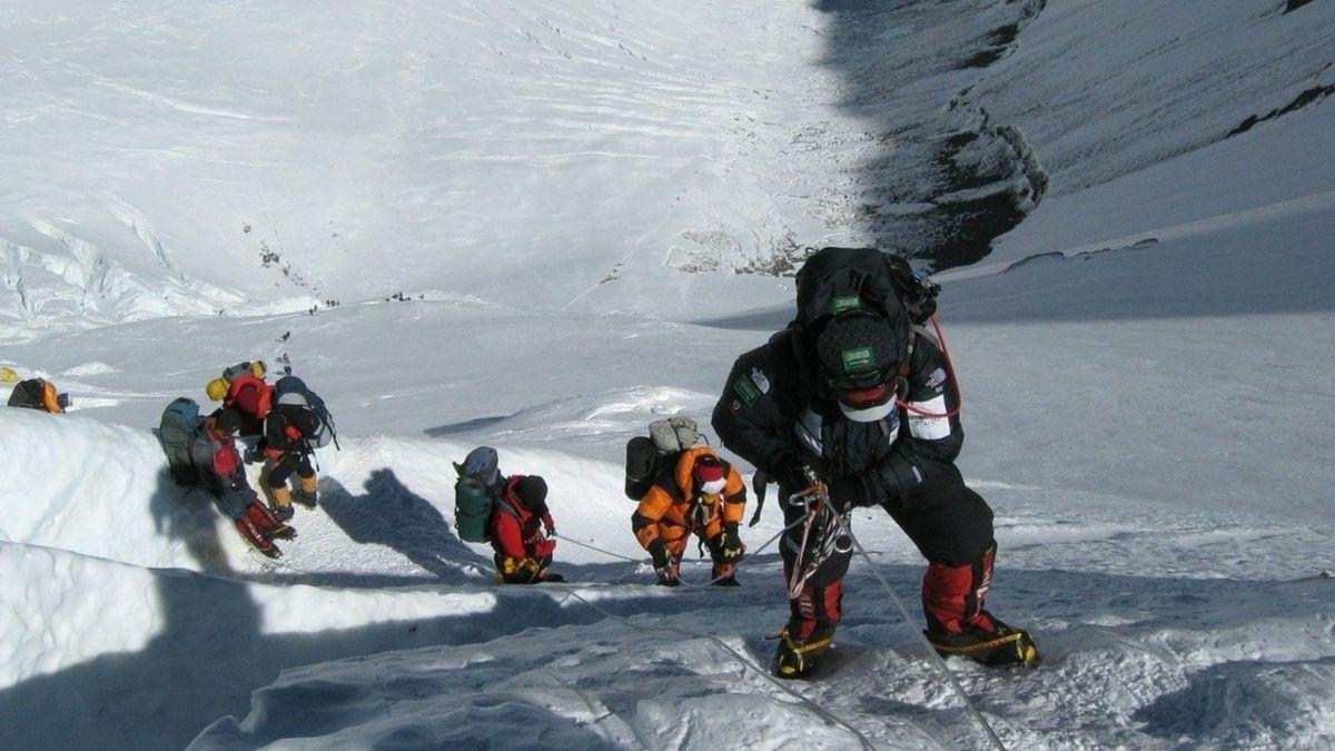 30 alpinistas han sido evacuados del Everest por Covid-19